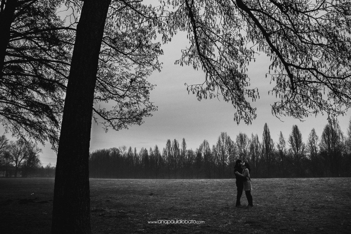 Winterbäume, die Verlobungsfotografie heiraten