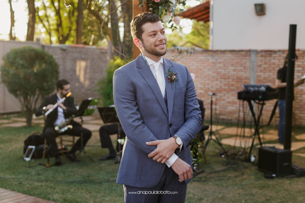 noivo americano espera pela noiva