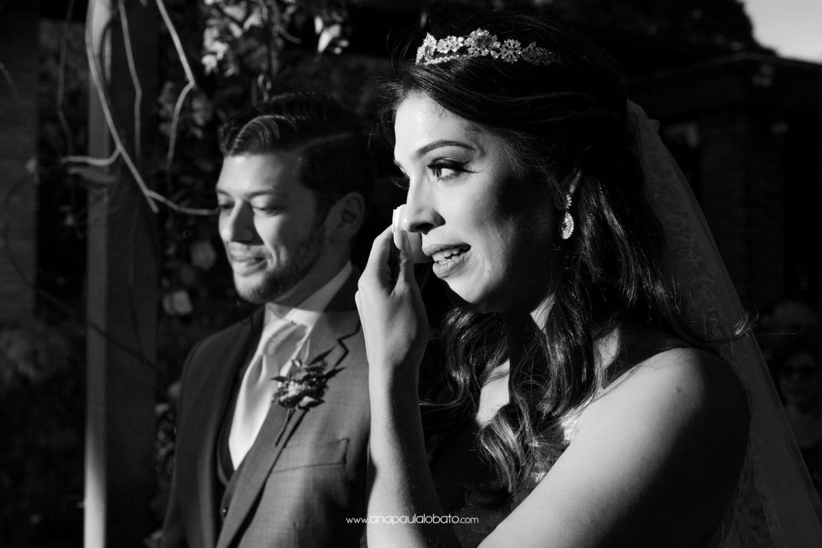 noiva chora em casamento emocionante