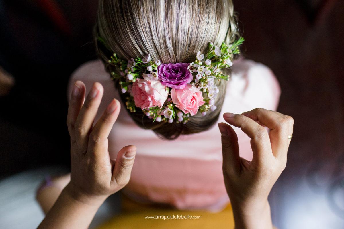 noiva com flores no cabelo