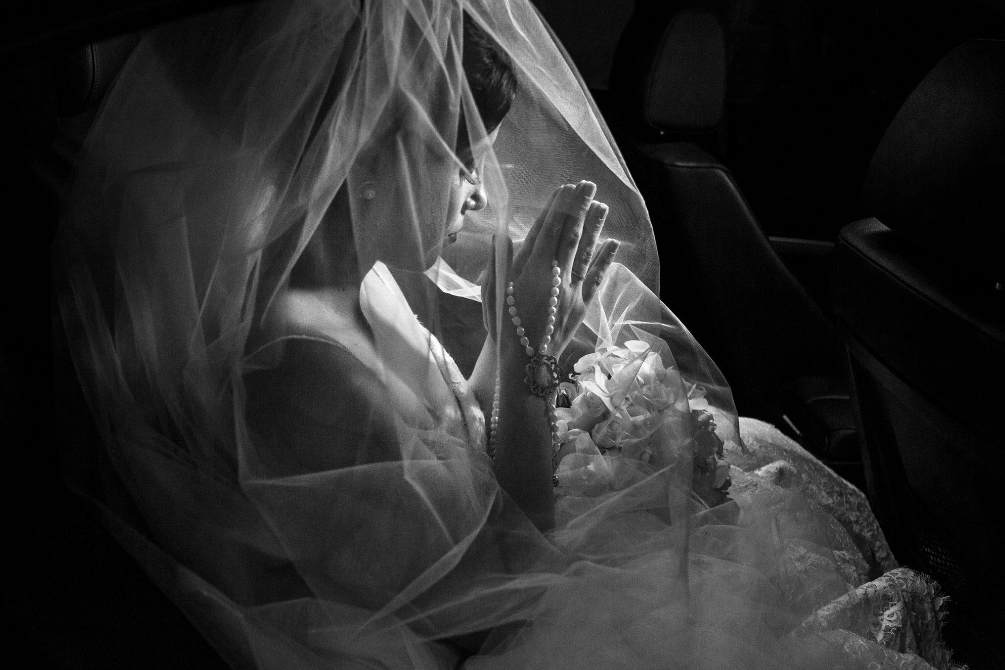 noiva orando antes do casamento
