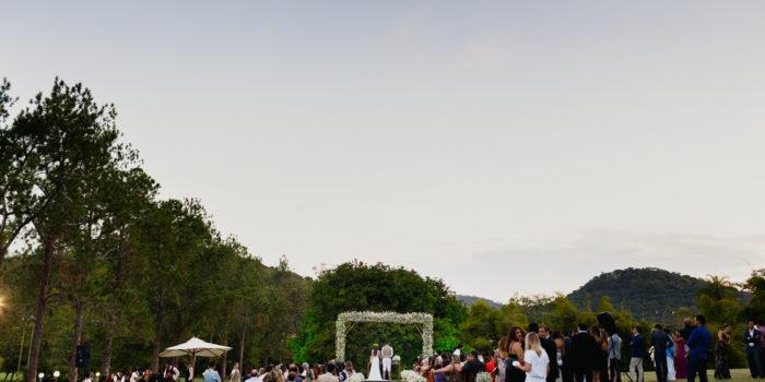 Casamento ao ar livre cercado por verde no sítio bodocó
