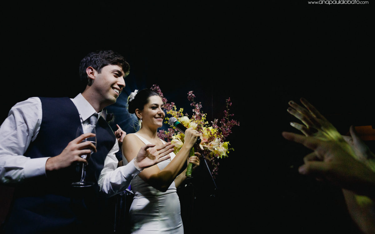 The dispute for the wedding bouquet makes couple smile