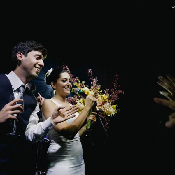 Disputa pelo buquê de casamento faz os noivos sorrirem